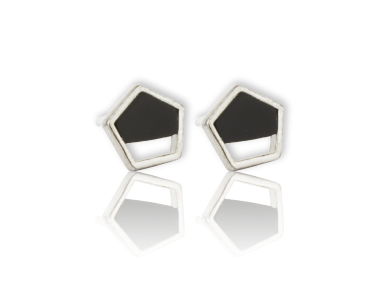 Pendientes pentagonales plateados con incrustaciones de ónix negro