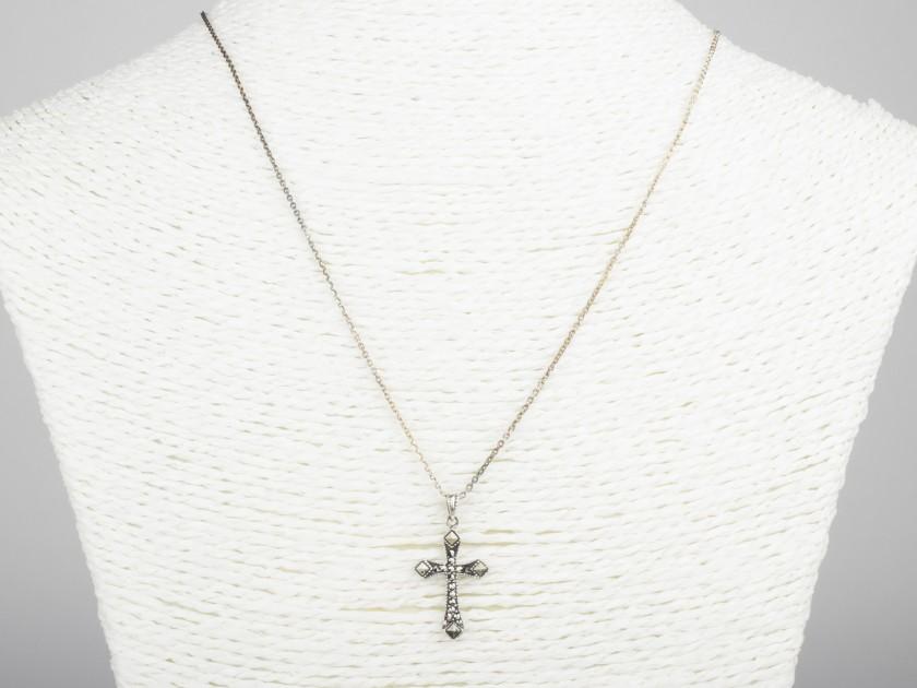 Colgante en forma de cruz plateada