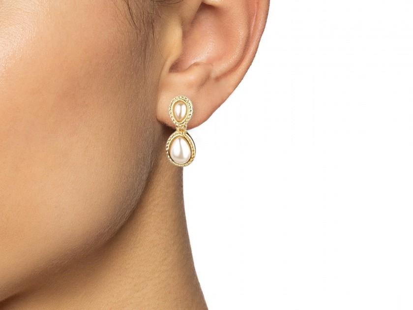 Deux paires de boucles d'oreille dorées et serties de faux perles