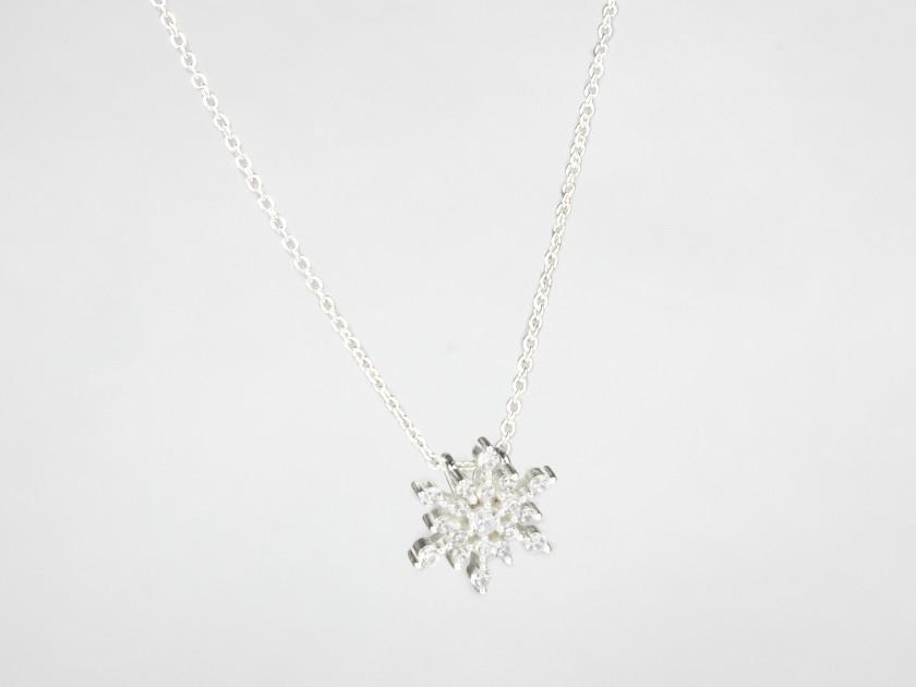Colgante con forma de copo de nieve y cristales transparentes