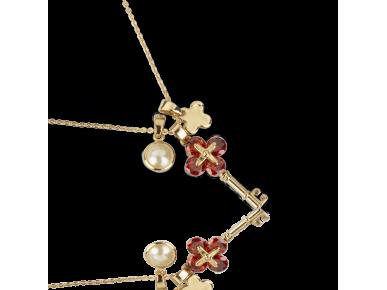 Colgante compuesto por tres colgantes: una falsa perla, una llave dorada engastada con cristales rojos y una cruz dorada