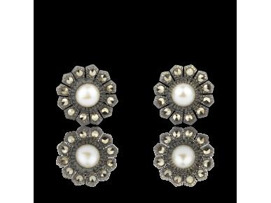 Pendientes con forma de margaritas plateadas engastadas con una perla de agua dulce