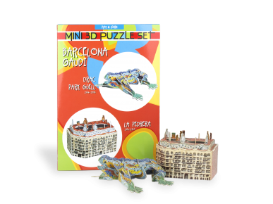 A 3D puzzle of La Pedrera and a 3D puzzle of the Dragon of Guëll Park, both assembled in front of the packaging