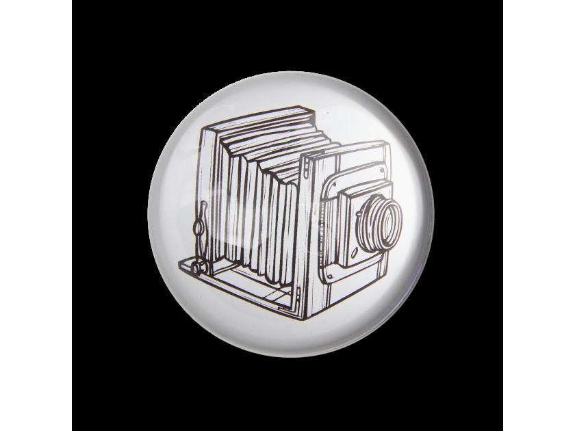 pisapapeles de cristal visto desde arriba con una ilustración de una cámara antigua en su interior