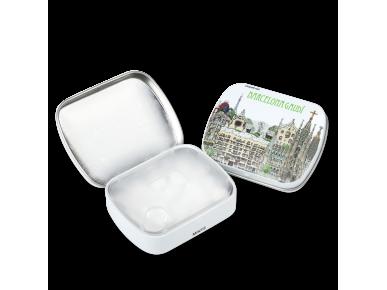 Deux petites boîtes de pastilles de menthe, l'une ouverte, l'autre illustrée avec les monuments de Gaudí à Barcelone