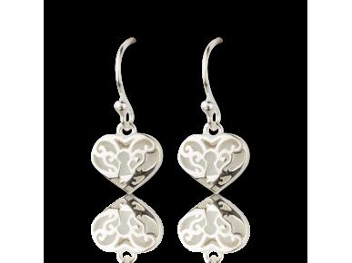 Pendientes plateados y de perlas en forma de corazones