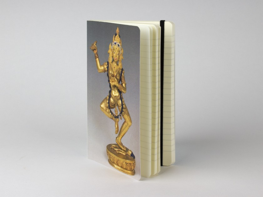 Cuaderno con una estatuilla de la diosa budista Vajravârâhî en la tapa.