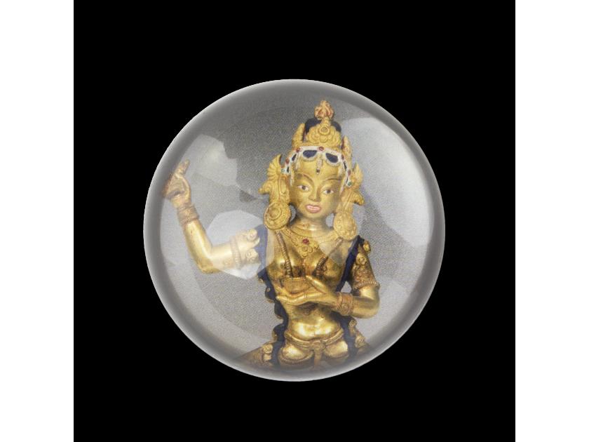 Pisapapeles visto desde arriba con la imagen de una estatuilla de la diosa budista Vajravârâhî.