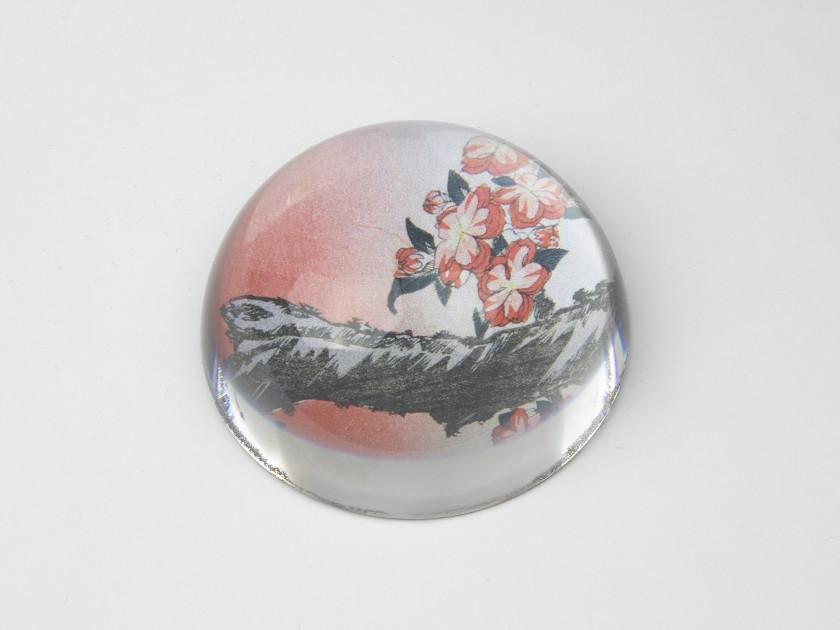 Pisapapeles de cúpula de cristal con un detalle de un grabado de Hokusai en su interior.