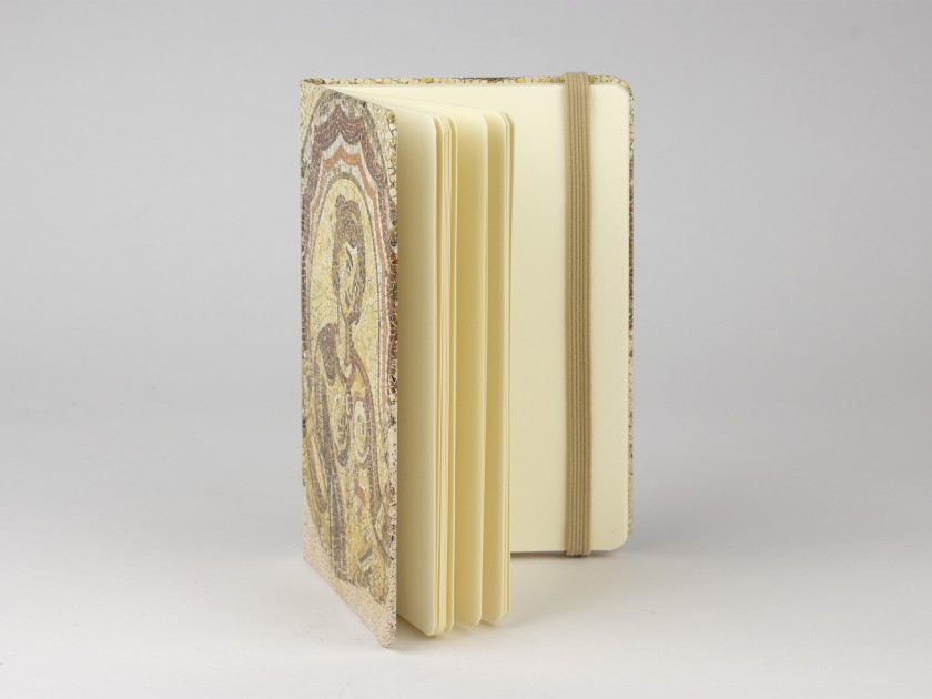 Cuaderno visto de frente con una tapa que muestra una reproducción del mosaico de Dotô