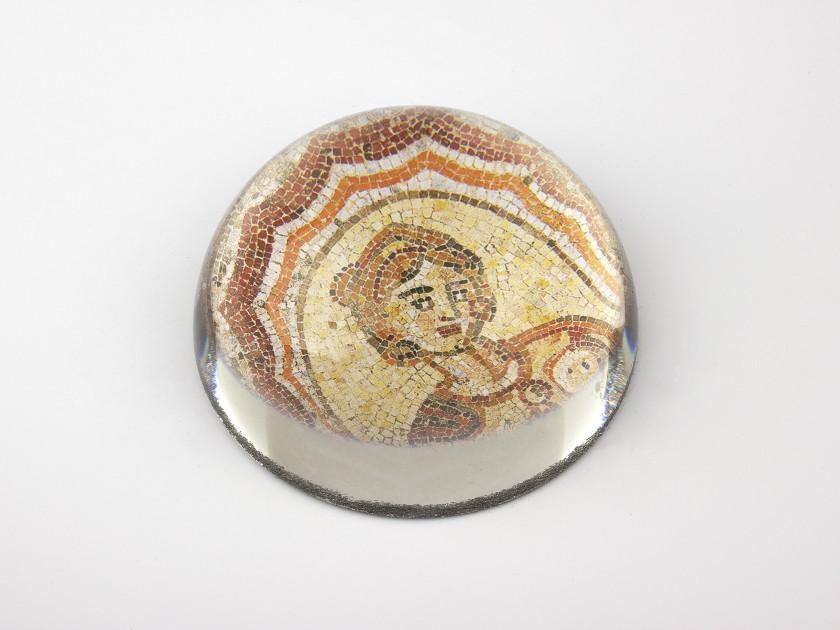 pisapapeles de cristal visto desde arriba que muestra un detalle del mosaico de Dotô reproducido en su interior