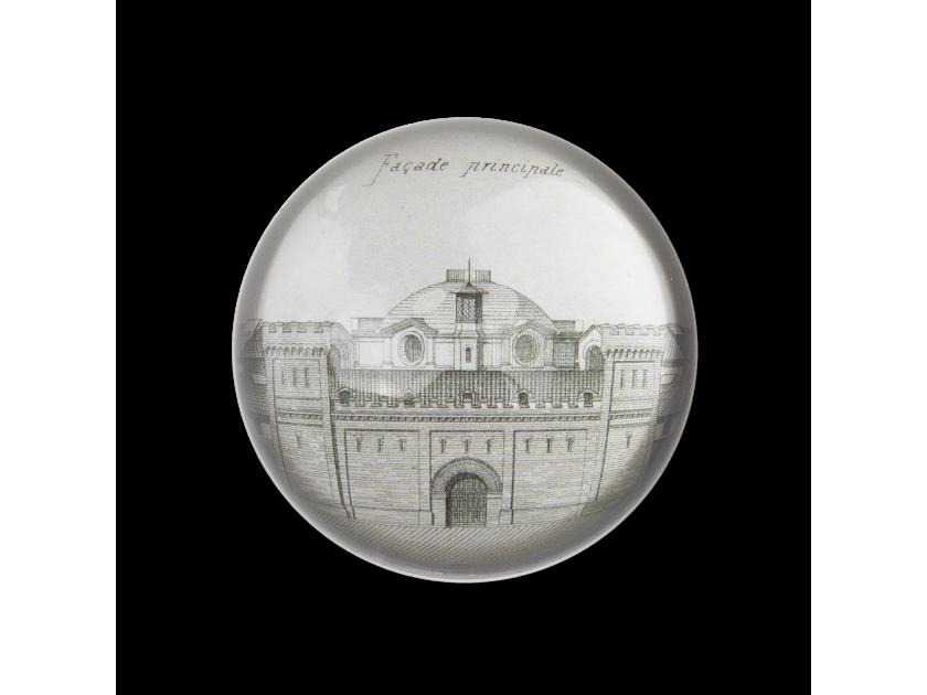 pisapapeles de cristal visto desde arriba con un boceto de la fachada principal del Castelet