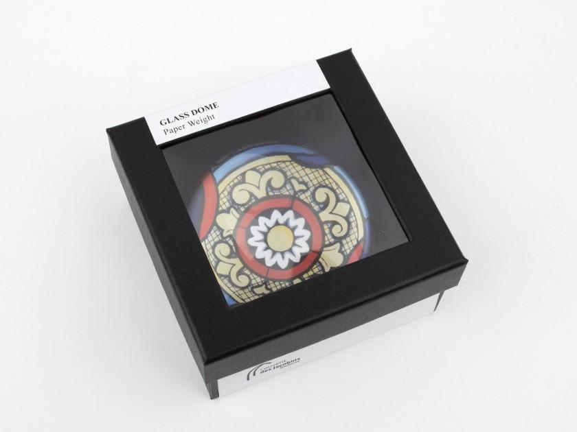 pisapapeles de cristal visto desde arriba con un dibujo de vidriera en el interior