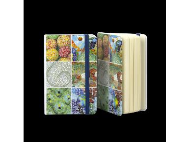 dos cuadernos ilustrados con mosaicos de monumentos de Gaudí