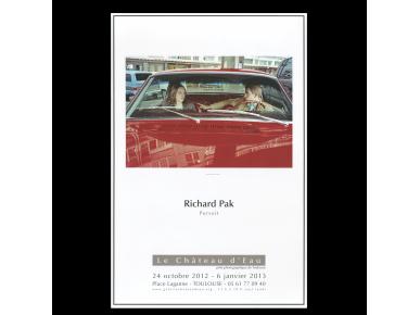 Póster con una foto, el nombre de Richard Pak y la Galerie du Château d'Eau