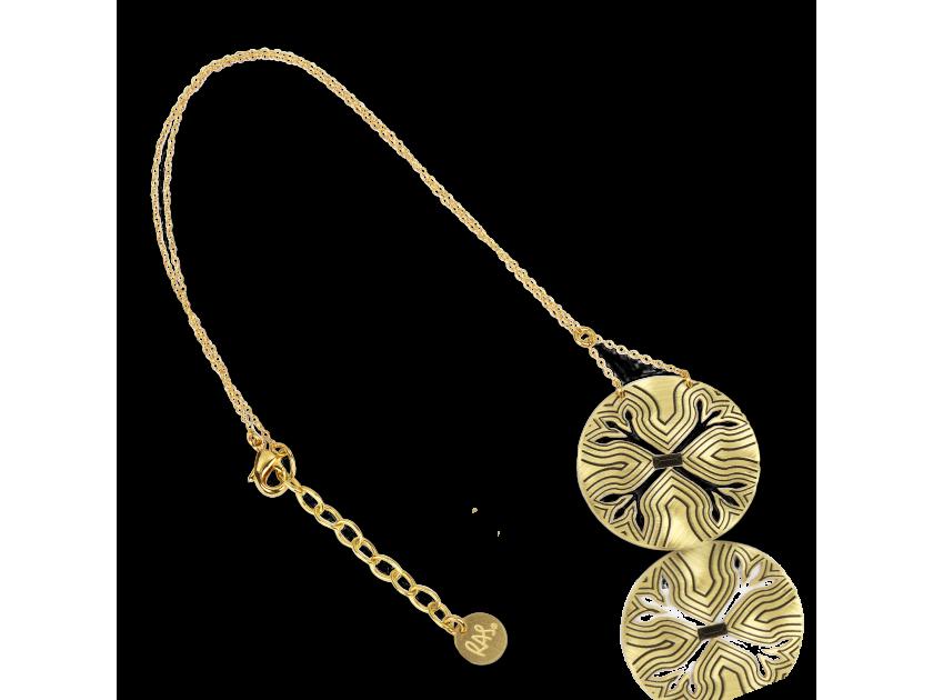 colgante dorado montado en una cadena dorada