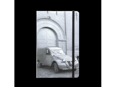 carnet vu de face avec une couverture illustrée d'une photo noir et blanc d'une fourgonnette 2CV stationnée devant le Castelet