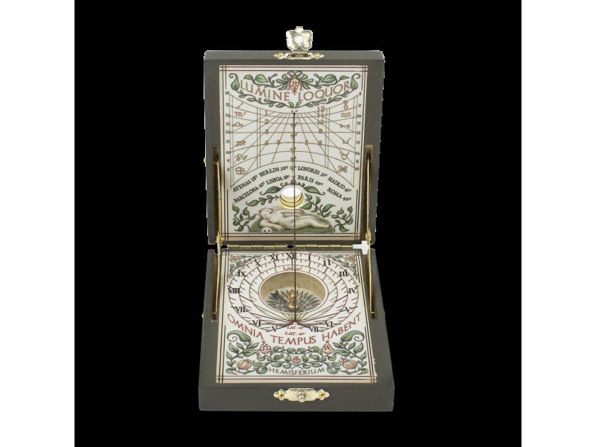 Rellotge de sol presentat en una capseta oberta