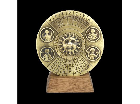 Calendari perpetu de metall daurat sobre base de fusta