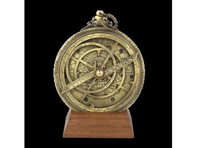 Astrolabi planisférico de metall daurat sobre base de fusta
