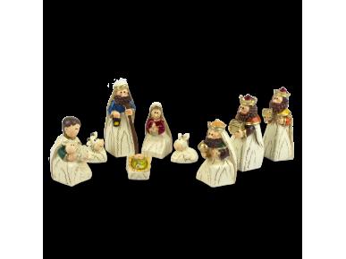 9 santons représentant les personnages de la crèche
