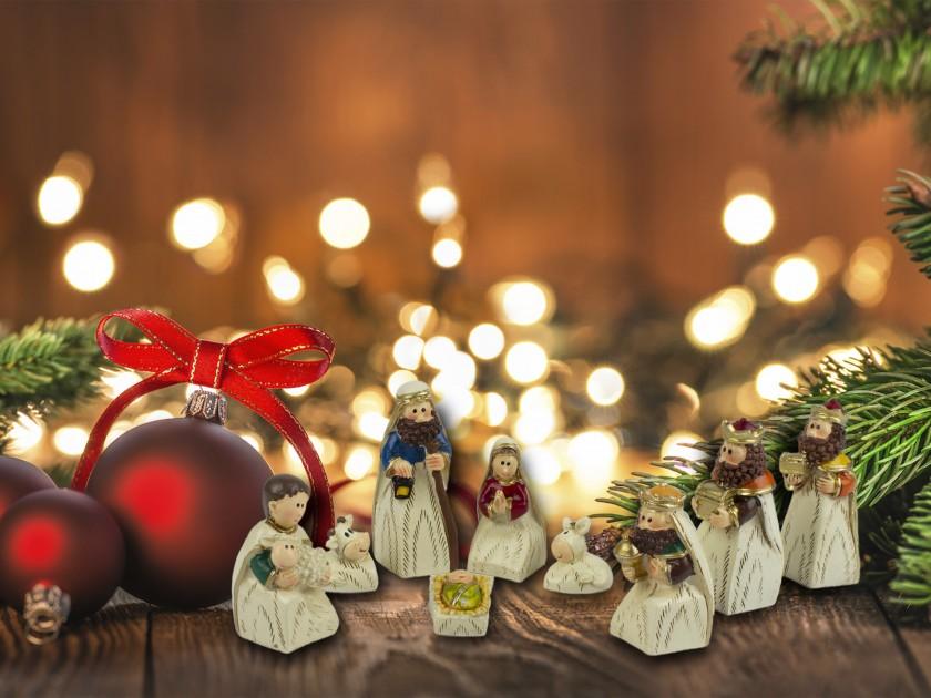 9 figuritas del belén que representan los personajes de la Natividad
