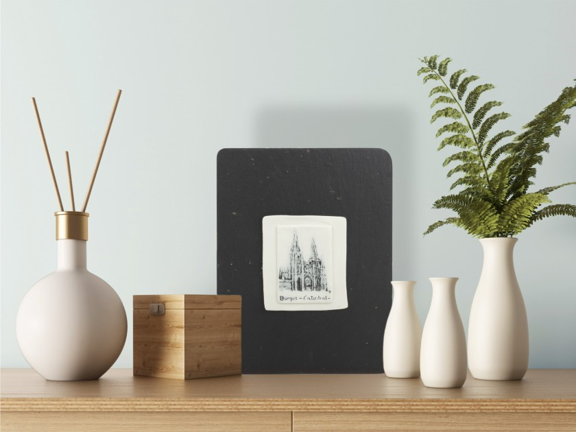 porcelain square piece decorated with an illustration of the cathedral of Burgos, set on a slate