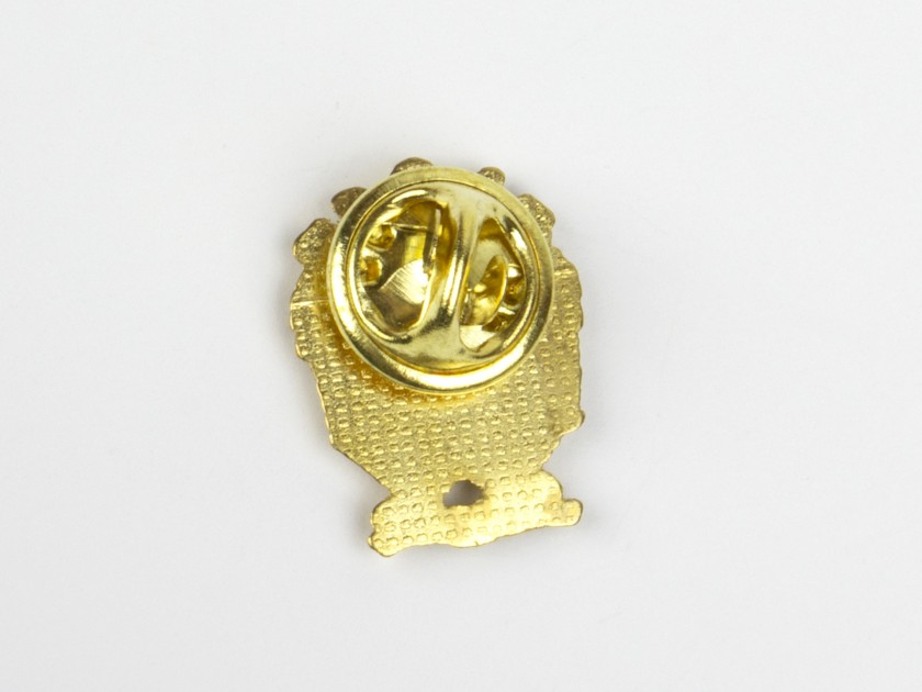 golden pin featuring the coat of arms of the city of burgos