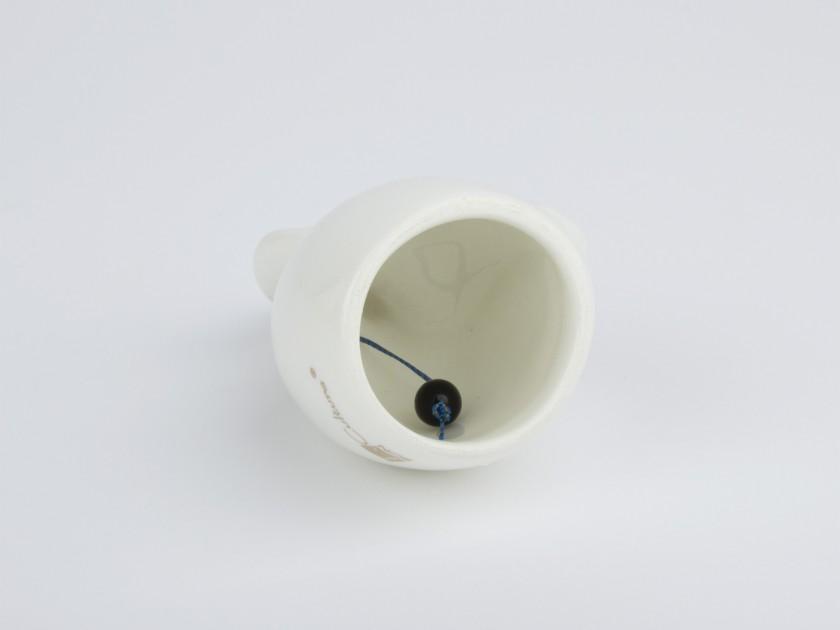 Pequeña campana de cerámica esmaltada en blanco y oro